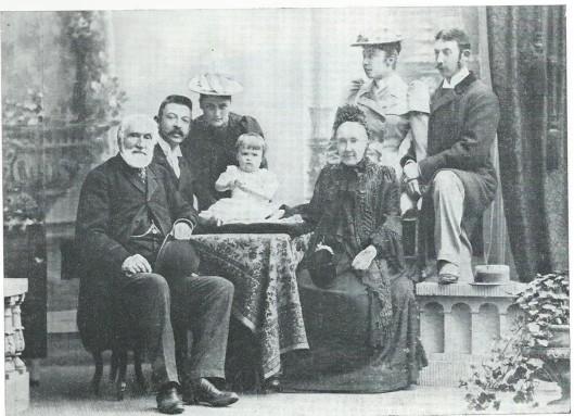 De familie Van Verschuer-Brants van de Hartekamp in 1893. Van links naar rechts: B.A.Baron van Verschuer. Karl von Spaur, diens echtgenote Henriëtte Gräfin von Wickenburg, kleinkind Mädi , Baronesse A.M.Van Verschuer-Brants, Anna Gräfin zu Spaur en Volkmar Graf zu Spaur und Flavon