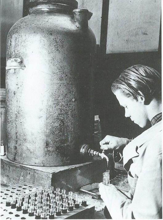 De Haarlemmerolie bestond voornamelijk uit terpentijnolie, lijnolie en zwavel. Op deze foto wordt het volgens sommigen wonderen verrichtende middel in flesjes gegoten.