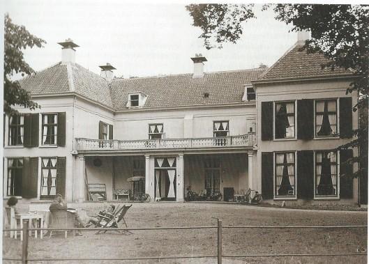 Vader Bouwman en enkele gezinsleden op het 'gras-zitje' voor Berkenrode, waar de familie Bouwman tijdens de Tweede Wereldoorlog tijdelijk inwoonde bij de familie Bomans