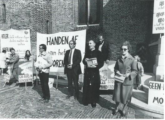 Pater Koopman en zijn volgelingen tijdens een anti-abortusdemonstratie op het Binnenhof