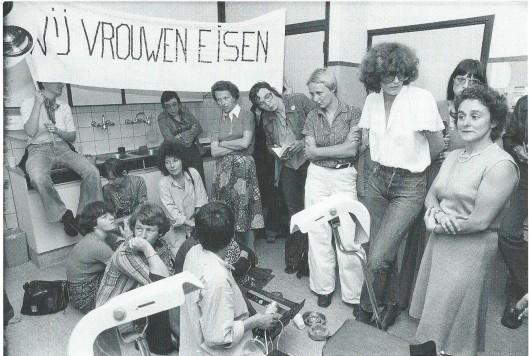 Anneke Goudsmit (rechts op de foto) spreekt de vrouwen in de behandelkamer van de Bloemenhovekliniek toe.