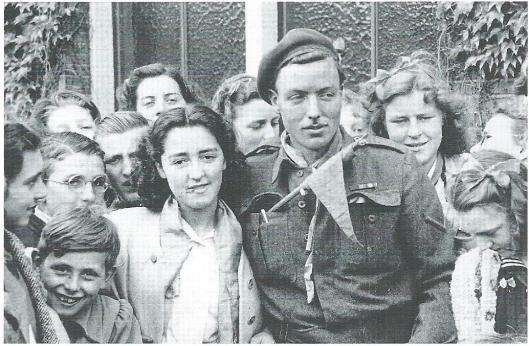 'Verbroedering' van Canadese soldaten en Heemsteedse vrouwen. In 1945/1946 zijn minstens zeven Heemsteedse meisjes met hun bevrijders getrouwd.