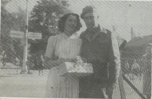 De Canadese officier Captain Ed Braddish met de Heemsteedse Jane Etty, die in de zomer van 1945 trouwden. Ook Ed Braddish kwam evenals Captain Reed in april/mei 1995 naar Nederland.
