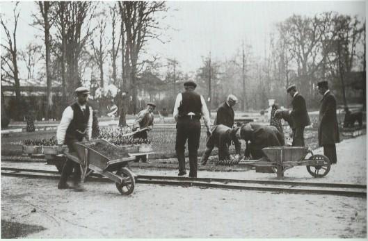 Aanleg van de Franse Tuin ter gelegenheid van Bulbi et Cultura in de Haarlemmerhout. Foto uit 1909