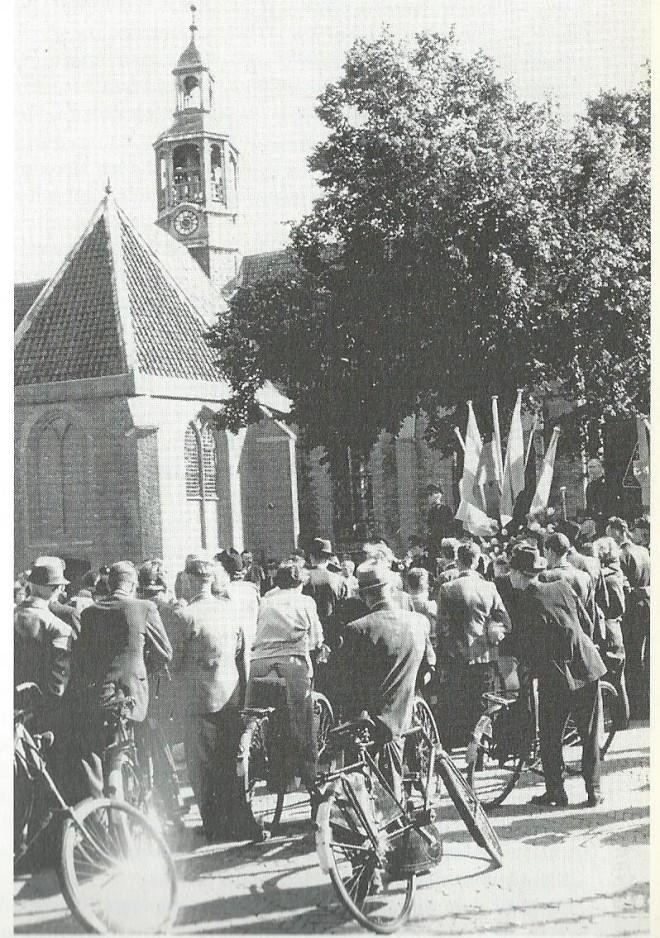 Een openbare NSB-bijeenkomst op 4 september 1942 op het Wilhelminaplein in Heemstede, in die tijd Kerkplein geheten (foto A.Peperkamp)