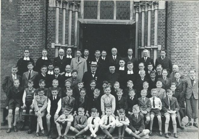 Het zangkoor van de St. Bavokerk bij het afscheid van organist Adam van der Horst, waar hij in 1973 was begonnen om 63 jaar later afscheid te nemen. Op de vierde rij (met hoed) zien we de jubilaris, rechts naast hem pastoor Chr. van Mierlo en daarnaast broeder Jozef Klingen