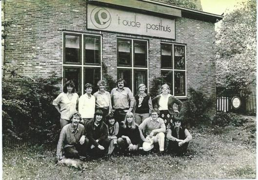 De staf van 't Oude Posthuis omstreeks 1975. Staande vierde van links Gerard Rodenburg