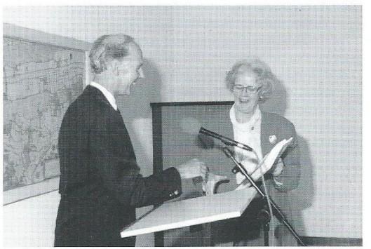 Archivaris René van Bruggen biedt de inventaris op het Heemsteeds Archief 1930-1990 aan burgemeester mevrouw N.van den Broek-Laman Trip aan, maart 1997