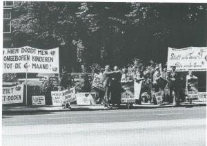 CDA-fractievoorzitter dr.J.de Ruiter, konstateerde in 1974 dat Heemstede sinds Witte van Haemstede in 1304 de Vlamingen verslagen had niet zó veel in het nieuws was geweest. Hij doelde daarbij op de acties van vice-premier en minster van Justitie Van Agt tegen de abortuskliniek Bloemenhove. Alleen al in 1977 werden 14.000 vrouwen, veel ook uit Duitsland, behandeld. pater Jan koopman (1919-1977) en zijn volgelingen kwamen regelmatig demonstreren. Op deze foto lijkt politieadjudant B.W.Pelder de priester de weg naar Haarlem te wijzen.
