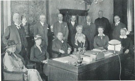 In 1882 opgericht door jonkvrouw A.J.M.Teding van Berkhout is het epilepsiecentrum sinds 1885 op Meer en Bosch gevestigd (SEIN). Hier poseert het bestuur omstreeks 1933. Van links naar rechts staan: ds. J.A.van Leeuwen, C.F.Bierens de Haan, dr.B.Ch.Ledeboer (geneesheer-directeur), dr. R.Burdet, T.Bruyn, Broeder F.H.Jonker, H.Franken jr. Zittend: mevrouw N.de Kock van Leeuwen-Mauve, mw.I.Deutz van Lennep-Teding van Berkhout, ds. C.J.van Passen (voorzitter), mw.J.J.Enschedé-Enschedé, mej. J.M.Bierens de Haan, zuster Mary Pot. Op deze foto ontbreken: jhr. F.J.E.van Lennep, W.F.C.Druyvestein, mr.dr.J.Schokking en drs. C.J.C.Burkens.