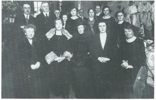 Foto van een in 1925 gehouden bazar voor een goed doel in het verenigingsgebouw Rehoboth aan de Schoollaan. Te zien zijn o.a. dominee J.G.Lekkerkerker en zijn vrouw, mevrow Van Waveren, Jo Honnebier, juffrouw A,L.Willink, mevrouw Teixeira de mattos en juffrouw Van der Laan, kleindochter van dokter Van der Laan (Daphne Riupassa)