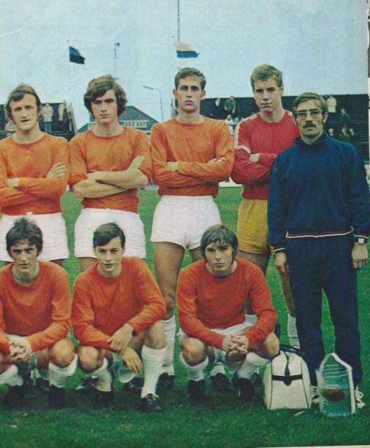 Vervolg: RCH-voetbalploeg seizoen 1970-1971. Staand v.l.n.r.: Ton Verschoor, Ronald Wijers, Piet Ranzijn, Chiel Ooms en masseur J.A.Kruijer. Gehurkt v.l.n.r.: Ton Smit, Henk Ketting en Jan Stoute.