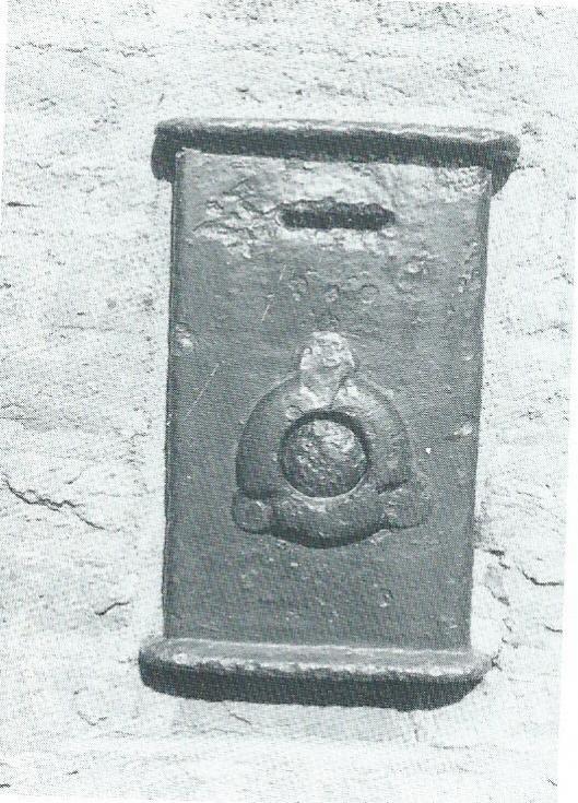 Links van de deur van de Hervormde Kerk van Bennebroek bevond zich deze armenbus.