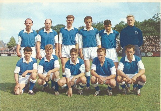 T.C. 1e Divisie B, seizoen 1958/1959. Staande van links naar rechts: Chr. Schoonenberg, G.Krist. E.Romviel, A.v.d.Brink, R.Hoopgendoorn, B.v.d.Voort. Knielemd van links naar rechts: C.Hendriks, P.v.d.Lippe, M.Kruyver, P.Btouwer, P.Henke {Oefenmeester was P.L.Talbot; voorzitter J.J.van Kampen; secretaris A.c.F.v.d.Berg; penningmeester: W.Kok.