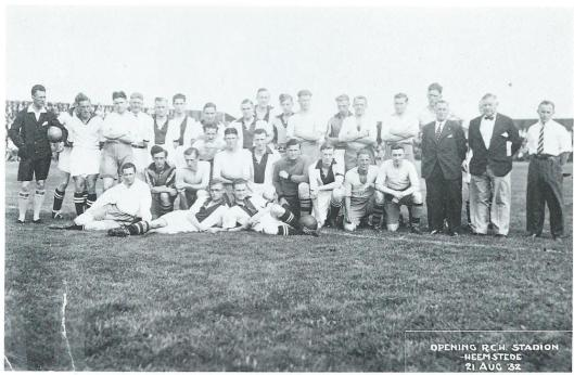 De twee voetbaleltallen die de openingswedstrijd speelden in 1932: RCH en Ajax. Op deze foto, bovenste rij in het midden Willem Andriessen (RCH), links naast hem Kos (keeper RCH), uiterst rechts Van Dijk (Ajax), links van hem Strijbos (Ajax), Prevoost (RCH) en Peer Krom (RCH). Middelste rij: met scheiding midden in het haar Kick Smit (RCH), links van hem Wim Paapen (RCH), verder Schubert (Ajax) en P.Verkerk en Geurts Keus (beiden RCH). Op de voorgrond liggend: R.van Kol en Van Diepenbeek(Ajax). Uiterst links de onfortuinlijke doelman van Ajax die die die dag liefst 9 ballen achter hem in het net zag verdwijnen.