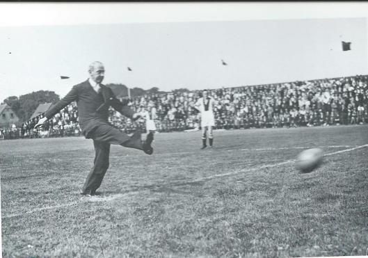 OP 21 augustus 1932 vond de opening plaats van de Heemsteedse Sportparken an de Spoartparklaan. De feestelijke gebeurrenis werd ingeleid door een voetbalwedstrijf tussen RCH en Ajax. Burgemeester jhr. J.P.W.van Doorn verrichtte de aftrap met een ferme trap. 16.000 toeschouwers zagen RCH overtuigend winnen met een uitslag van 9-3.