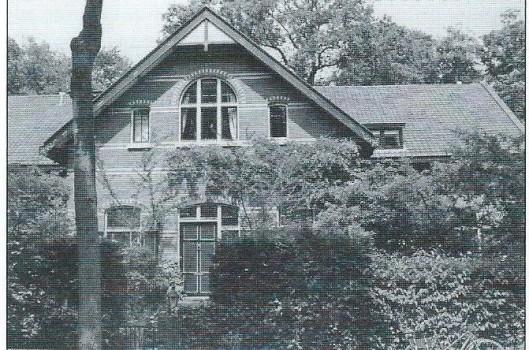 Voormalig koetshuis van Dennenheuvel, gelegen op de hoek van de Prinsenlaan en Herenweg. Gemeentelijk monument, Herenweg 6. In 1902 gebouwd als koetshuis en woonhuis van de koetsier onder architectuur van J.Bakker. De koetsen reden uit aan de Herenweg. Aan de Prinsenlaan bevond zich de tuigenkamer en de ruimte voor de 'palfrenier'. Daarachter lag de stal. De koetsierswoning bevond zich in het oostelijk deel van het koetshuis. Het beste zicht heeft men vanaf de Prinsenlaan.