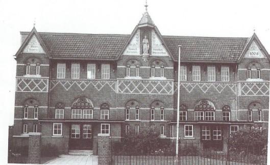 De vm. Sint Jozefschool aan de Herenweg met in de voorgevel een  beeld van Sint Jozef.