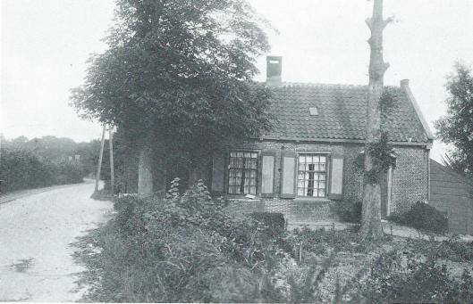 Naast Groot Eensgezind was er een Klein Eensgezind, Glipperweg 12-14. Hier woonden in 1926 de families Meursen en Smit, met respectievelijk 9 en 7 personen. Bij de komst van de elektrische tram die de stoomtram verving is Klein Eensgezind vanwege verlegging van de route in 1932 afgebroken.