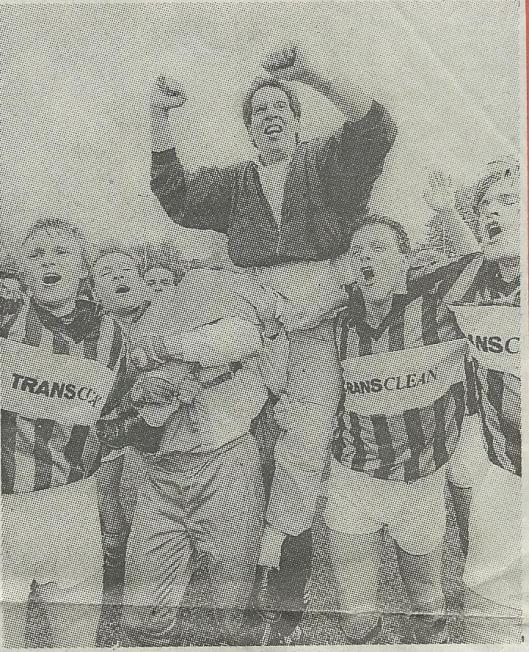 Trainer Rob Beunder gaat op de schouders na het behalen van het landskampioenschap in de hoofdklaase door RCH van de spelers v.l.n.r.: Robert Ebbeling, Robert van Dam en Ton van der Aar (foto Wim Hendriks; Haarlems Dagblad, 11 mei 1992).