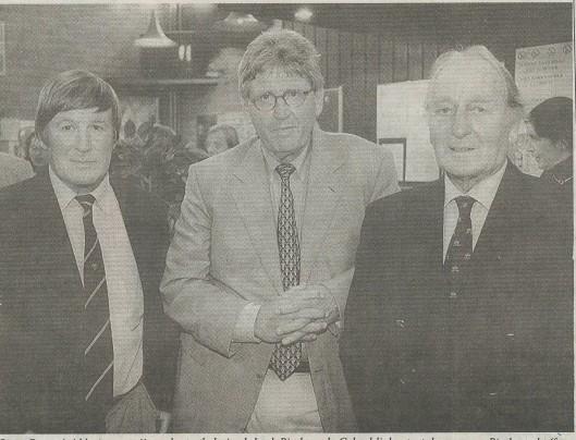 Bram Peper, geflankeerd door Louk Biesbrouck sr (rechts) en diens zoon Louk Biesbrouck jr. die ook in het eerste elftal van RCH heeft gespeeld. (foto Menno Sabel)