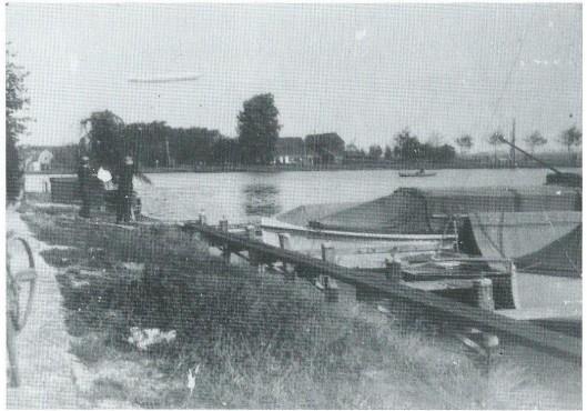P[ 13 oktober 1929 toen het luchtschop de Graf Zeppelin LZ-127 boven het Spaarne voer is bovenstaande foto gemaakt vanaf de Tooropkade in Heemstede, waar zich een kleine lighaven voor pleziervaartuigen bevond.