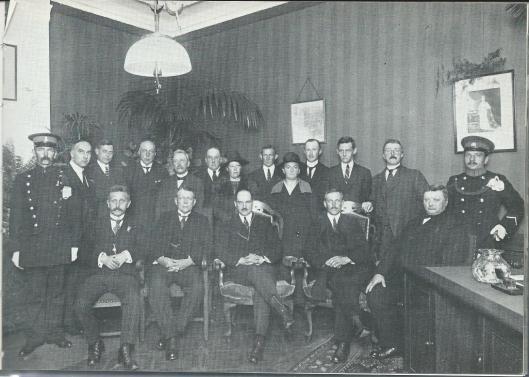J.E.Tillema behoorde tot de oorlogsslachtoffers uit de vertsgroep rond Btoeder Lozef. Op deze foto, genomen in 1925 bij de instllatie van de pas benoemde burgemeester mr.K.J.G.baron van Hardenbroek zit bij als gemeentesecretaris van Bennebroek vooraan helemaal links.