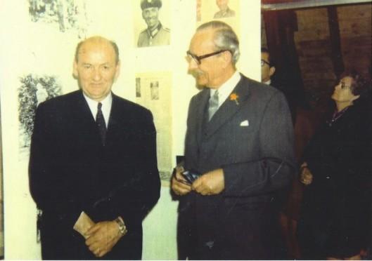 Tijdens een tentoonstelling gewijd aan Joep Henneboel wordt deze (links) met zijn echtgenote door burgemeester A.G.A. ridder van Rappard.