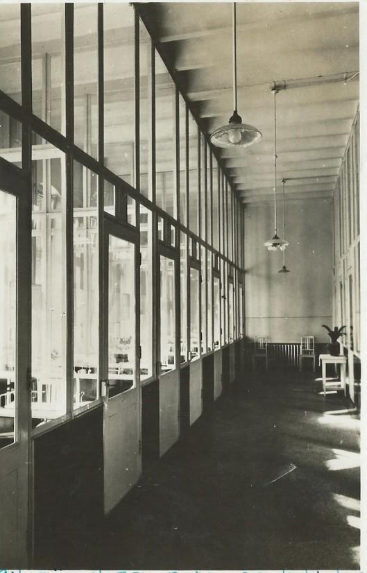Glazen boxen op de kinderafdeling van ziekenhuis de Mariastichting in Haarlem