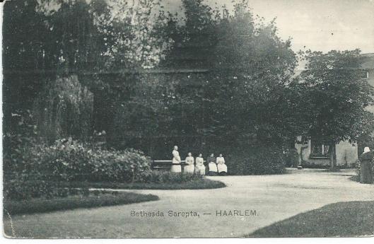 Zusterverplegers in de tuin van Bethesda-Sarepta