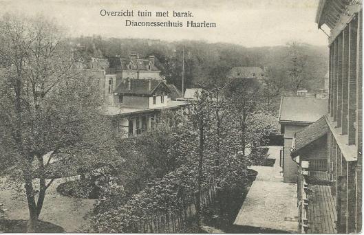 Overzicht tuin met barak Diaconessenhuis Haarlem