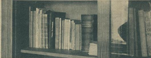 Op deze plank in een der kasten van de broederbibliotheek werd door Joseph Schreieder, chef van de Duitse contraspionagedienst, de kleine radiozender gevonden.
