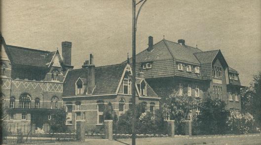 Het Broederhuis Sint Jean Baptist de la Salle aan de Herenweg te Heemstede.Het gebouw links is de Sint Jozefschool waarin broeder Jozef juist les gegeven had toen Van der Waals hem te spreken vroeg en in de val deed lopen.