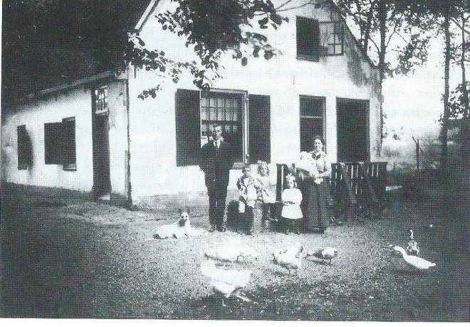 De familie Walet in 1920 voor de vroegere boswachterswoning in het wandelbos Groenendaal nabij een inhang van de Herenweg. Op de foto zien we vader en moeder Walet met daartussen vier van de vijf kinderen, te weten Henk, Rie, Ina en baby Piet. Vader Walet was opzichter van het bos, later opgevolgd door zoon Henk.
