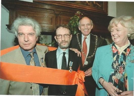 30 april 1999 ontvingen Boudewijn de Groot en Lennaert Nijgh gezamenlijk / apart een koninklijke onderscheiding. Op de foto zien we tevens de burgemeesters van Haatlem, mr. Jaap Pop, en Heemstede, mw. N.H.van den Broek-Laman Trop
