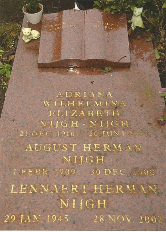 Het familiegraf van Lennaert Nijgh en zijn ouders op de Algemene Begraafplaats in Heemstede. Op de grafsteen een marmeren open boek. (foto uitboek: 'Testament; leven en werk van Lennaert Nijgh' door Peter Voskuil).