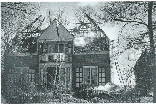21 maaer 1948 brak brand uit in de villa, van Merlenlaan 4, in 1909 ontworpen door de befaamde architect K.de Bazel. Het rieten dak was niet te redden en de bovenverdieping liep zware schade op, maar is helemaal hersteld.
