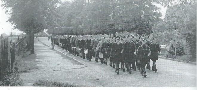 Een groep opgepakte Kennemers op weg naar het station voor transport naar Rees en omgeving.