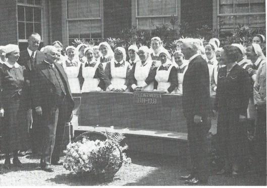Dr.L.C.Kersbegen bij de aangeboden zitbank in de tuin van het St.Elizaberh's Gasthuis met inscriptie 1919-1939.