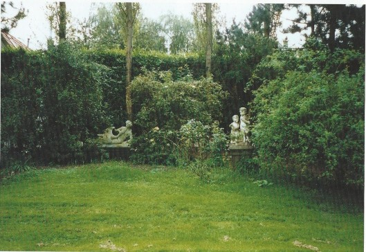 In de tuin van Berkenrode staan 2 sculpturen van 1) Leda met zwaan' en een marmeren kindergroep, gedtaeerd 1728 en 1729, gesigneerd MI, naar wordt aangenomen signatuur van Michel Sheen