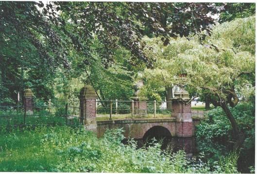 De 18e eeuwse stenen brug op het landgoed Berkenrode in Heemstede