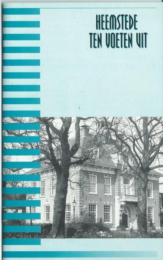 Vooromslag van brochure 'Ten voeten uit; een rondgang door Heemstede aan de hand van monumenten en herinneringen uit de Tweede Wereldoorlog', in 1995 uitgegeven bij gelegenheid van 50 jaar bevrijding.