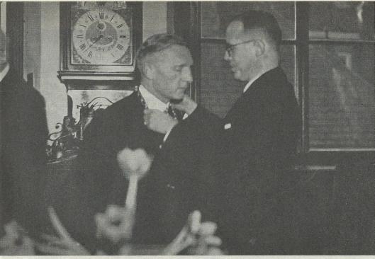 Installatie van S.L.A.Plekker als regeringdcommissaris van Haarlem (later genoemd burgemeester) door mr.A.J.Backer, commissaris van de provincie Noord-Holland op 10 maart 1941.