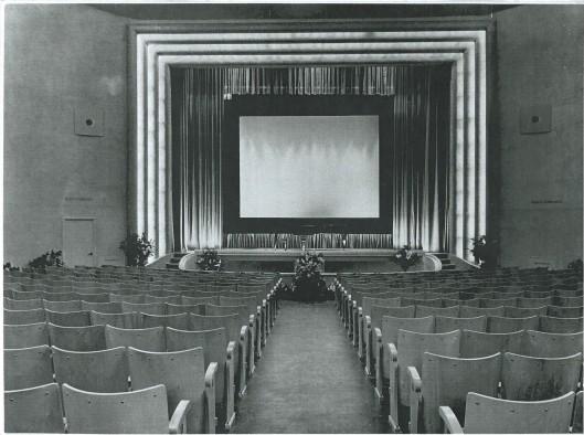 Deel grote zaal en balkon van Minervatheater Heemstede