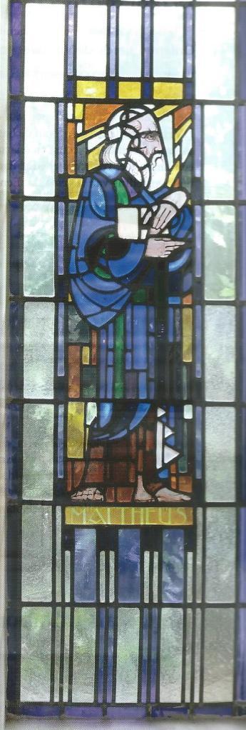 Glas in lood raam met voorstelling van de evangelist Mattheus in de Doopsgezinde Kerk aan de Postlaan.