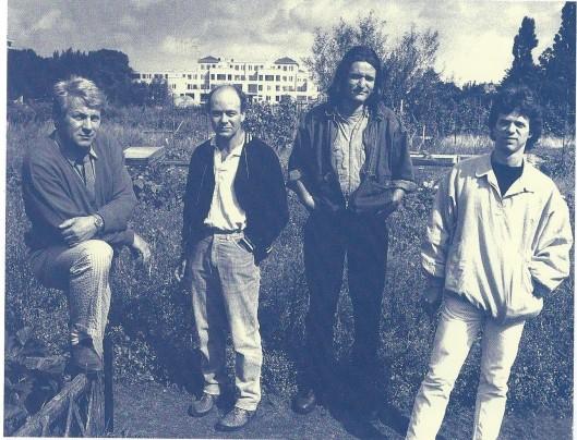 Vier kunstenaars en fotografen voor kortere of langere tijd verbonden met de Blekersvaartweg. Van links naar rechts: Willem Snitker (tevens atelierhouder van 'De Bleeker'). Ook de beeldend kunstenaars Eric de Nie, Piet Zwaansdijk, Paul Koning en Remco van der Gugten hebben aan de Blekersvaart gewerkt