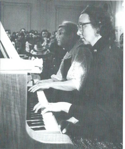 De pianisten Miep van Luin-Riemersma (links) en Ans Bouter speelden meer dan eens quatre mains in het Minerva theater van Heemstede