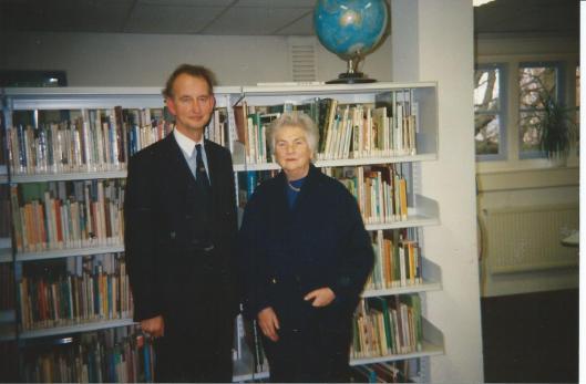 Op deze foto mw. Collas Gutmann met directeur Hans Krol van de openbare bibliotheek Heemstede