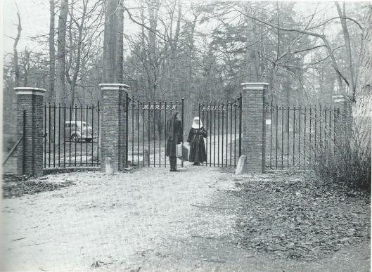 Een zuster bij het nieuwe hek van Mariënheuvel in 1949