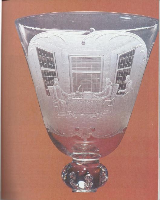 Wijnglas met afbeelding van deregentenkamer van het Hofje van Bakenes, 1760. Museum Boyumans van Beuningen Rotterdam. OP het glas staan de nitialen C.D.K.D. = Claes de Koning Tilly, die regent was van het Hofje van Bakenes (Antiek, maart 1982)
